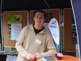 Nick Büscher, 1. Vorsitzender der NABU-Gruppe Rinteln, berät Besucher des NABU-Standes rund um den Vogel des Jahres und den naturnahen Garten. - Foto: Kathy Büscher