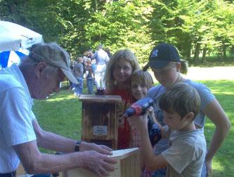 Tag des offenen Denkmals September 2006 - Bau von Fledermauskästen. - Foto: Kathy Büscher