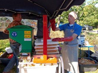 Ehrenamtliche des NABU und des Lions-Club Rinteln pressen Apfelsaft an der Apfelpresse. - Foto: Kathy Büscher