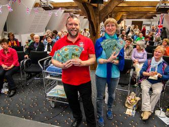 Rüdiger Wohlers und Heike Neunaber im gut gefüllten Saal des Prinzenhofes. - Foto: Kathy Büscher