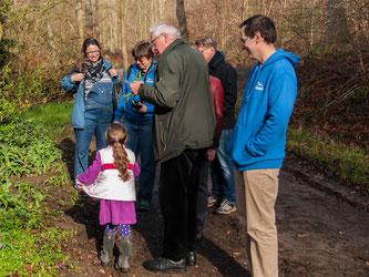 Auf der Wanderung werden die botanischen Besonderheiten von Dr. Marx erläutert. - Foto: Kathy Büscher