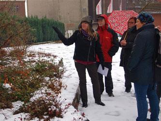 Birgit Brinkmann vermittelt den interessierten Spaziergängern etwas über heimische Heckensträucher. - Foto: Kathy Büscher