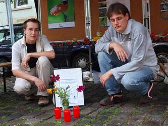 Stand auf dem Ökomarkt 2011 mit der Traueranzeige in der Mitte. - Foto: Kathy Büscher