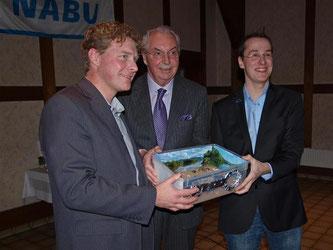 vlnr: Dr. Holger Buschmann (NABU-Landesvorsitzender), Dieter Eggersmann (Eigentümer AHE Schaumburger Weserkies), Nick Büscher (Vorsitzender NABU Rinteln). - Foto: Kathy Büscher