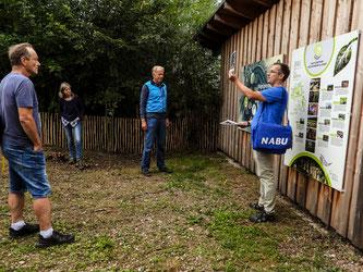 Dr. Nick Büscher stellt die Geologie der Auenlandschaft an der Beobachtungshütte vor. - Foto: Kathy Büscher