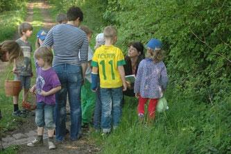 Die Kinder sind überrascht, wieviele nützliche Kräuter an unseren Wegrainen wachsen. - Foto: Britta Raabe