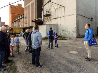 Die Exkursionsgruppe am Hafen in der Rintelner Nordstadt. - Foto: Kathy Büscher