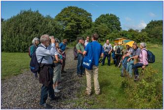 Dr. Nick Büscher erzählt den Teilnehmern Wissenswertes zur Auenlandschaft. - Foto: Adolf Wiehenkel