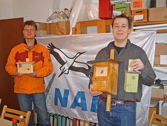Martin Seehafer (li.) übergibt die Nisthilfen an Nick Büscher. - Foto: Kathy Büscher