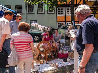 Auf dem Bauernmarkt wurde kräftig gesponnen. - Foto: Kathy Büscher