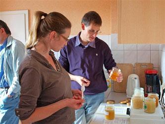 Völlig unterschiedliche Honigsorten luden zum probieren ein. - Foto: Kathy Büscher