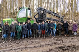 Die Seminar-Teilnehmer nach dem praktischen Teil im Naturschutzgebiet. - Foto: Kathy Büscher