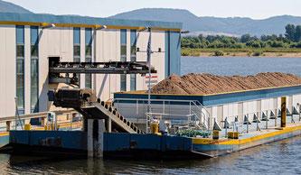 Mit dem Abbauschiff der Firma AHE wird die neue Auenlandschaft entstehen. - Foto: Kathy Büscher