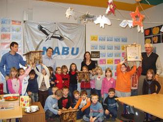 Die Ehrenamtlichen des NABU mit den Schülerinnen und Schülern der Klasse 2b der Grundschule Nord Rinteln und den fertigen Igelhäusern. - Foto: Kathy Büscher