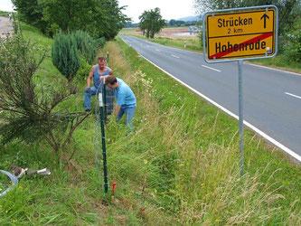 Im Juli 2013 wird die Wiese eingezäunt. - Foto: Kathy Büscher