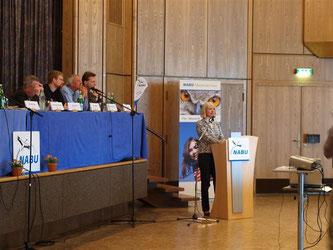 Ursula Müller-Krahtz, Rechtdezernentin beim Landkreis Schaumburg, hält ihr Grußwort und klärt über den Naturschutz im Schaumburger Land auf. - Foto: Kathy Büscher