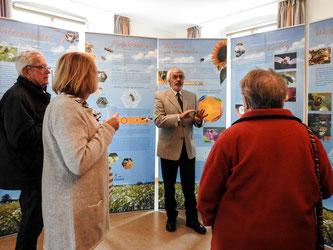 Nach dem Gottesdienst wurde die Hautflügler-Ausstellung besucht. - Foto: Kathy Büscher