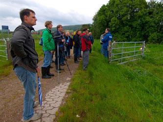 Anschließend führte die Exkursion in die Auenlandschaft. - Foto: Kathy Büscher