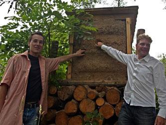 Nick Büscher und Dr. Holger Buschmann, NABU-Landesvorsitzender, weihen die Einsvogel Niststation ein. - Foto: Kathy Büscher