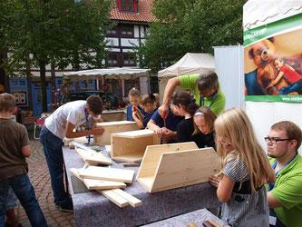 Mit den Stadtwerken Rinteln sind auf dem Ökomarkt Nisthilfen für Hornissen gebaut worden. - Foto: Kathy Büscher
