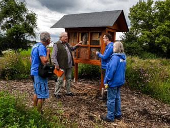 Die ehrenamtlichen vor dem großen Insektenhotel. - Foto: Kathy Büscher