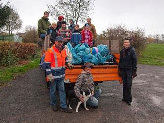 Die NAJU kann einen guten Transporter voll gefundenen Müll vorweisen. - Foto: Kathy Büscher