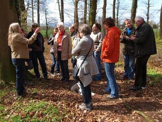 Birgit Brinkmann erzählt Wissenswertes über essbare Wildkräuter am Wegesrand. - Foto: Kathy Büscher