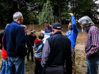 Interessierten Besuchern der Fledermauswanderung werden die Fledermausarten gezeigt. - Foto: Kathy Büscher