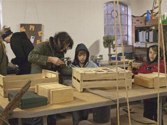 Die NAJU beim Bau der Mäuseburgen. - Foto: Kathy Büscher