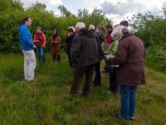 Dr. Nick Büscher leitet die Exkursion durch die Auenlandschaft. - Foto: Kathy Büscher