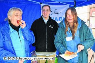 Roswitha Möller, Nick und Kathy Büscher präsentieren den NABU beim Apfelmarkt. - Foto: Stefan Weichert