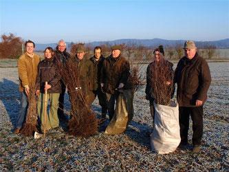 Landwirte, Jäger und Naturschützer pflanzen gemeinsam 250 Sträucher und Bäume in den Rintelner Wiesen. - Foto: Ulrich Menneking