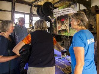 Es gab Infos zu Insektennisthilfen und heimische Heckenpflanzen. - Foto: Kathy Büscher