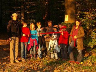 Die NAJU weiht nach einem lehrreichen, spannenden aber natürlich auch spaßigem Tag den neuen Waldentdeckerpfad ein. - Foto: Kathy Büscher