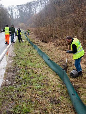Die ehrenamtlichen beim Aufbau in Möllenbeck. - Foto: Kathy Büscher