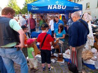Die Spinnräder beim NABU sind von besonderem Interesse. - Foto: Kathy Büscher
