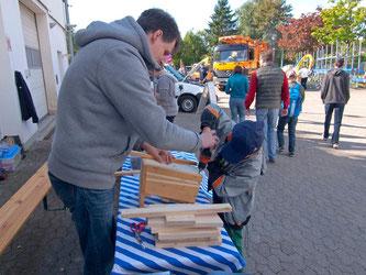 Der NABU Rinteln bastelt bei Tag der offenen Tür Nistkästen. - Foto: Kathy Büscher