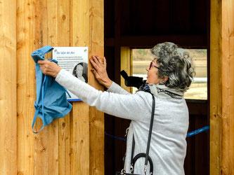 Monika Eggersmann enthüllt die Gedenktafel. - Foto: Kathy Büscher