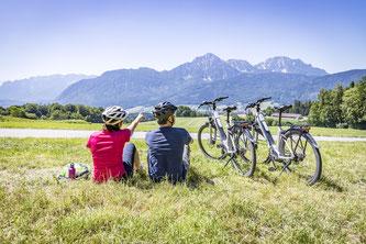 Auf E-Biker zugeschnitten – der grenzüberschreitende Slow-Bike-Radweg verbindet mit sanftem Streckenverlauf Salzburg, Bad Reichenhall und den Rupertiwinkel/Berchtesgadener Land  Bildnachweis: Berchtesgadener Land Tourismus