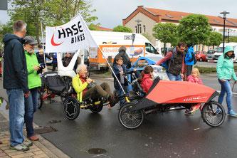 Gemeinsam im Liegen: Auch der Spezi-Shuttleservice funktioniert per Muskelkraft.