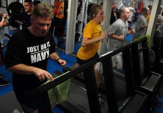 Regelmäßiges Training im Fitnessstudio ©janeb13 auf Pixabay