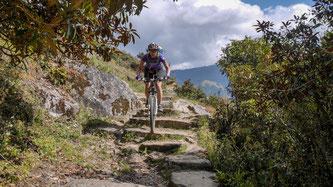 Mit Hauser Exkursionen biken MTB-Fans auf einsamen Pisten und Bergtrails durch das nepalesische Vorgebirge des Mt. Everest. ©Hauser Exkursionen/Wolfgang Neumüller