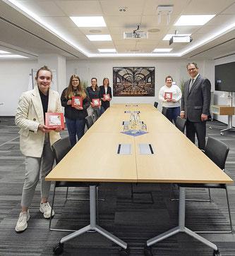 Wertgarantie-Vorstand Patrick Döring gratuliert den Auszubildenden zu ihrer bestandenen Prüfung. Foto: Wertgarantie Group