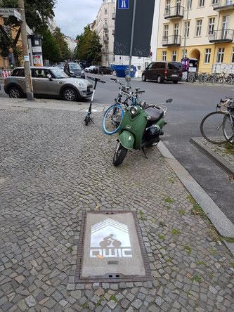 Kreideschablonen auf der Straße - QWIC