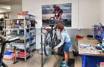 © BH Bikes - Servicemanagerin Irene in der Werkstatt