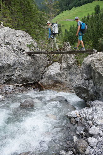 Hubertus Lindner von der Bergschule Hinterstein zeigt Wanderern die schönsten Touren rund um die Tiroler Auszeitdörfer. Bildnachweis: Verein Lechweg/Gerhard Eisenschink