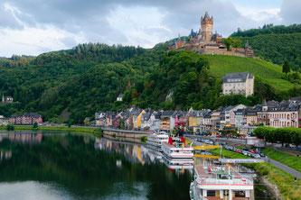 Auf der neuen Selfguided-Tour von Hauser Exkursionen machen Wanderer Stopp in der Moselstadt Cochem mit ihrer Reichsburg. Bildnachweis: Hauser Exkursionen