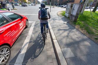 Radfahrer dürfen Autos rechts nicht überholen