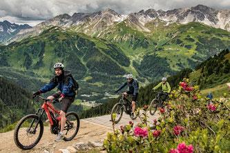 """Beim """"E-BIKEFEST"""" in St. Anton am Arlberg/Tirol dreht sich von 21. bis 23. Juni 2019 alles um den elektrischen Drahtesel. / Foto: TVB St. Anton am Arlberg/Fotograf Patrick Bätz"""