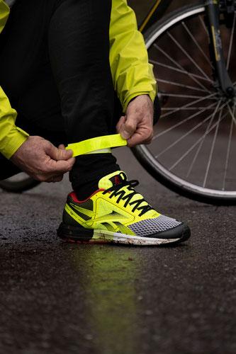 Radfahrer Sichtbarkeit 3: Helle, auffällige Schuhe helfen, auf dem Rad von weitem im Scheinwerferlicht eines Autos sichtbar zu sein.